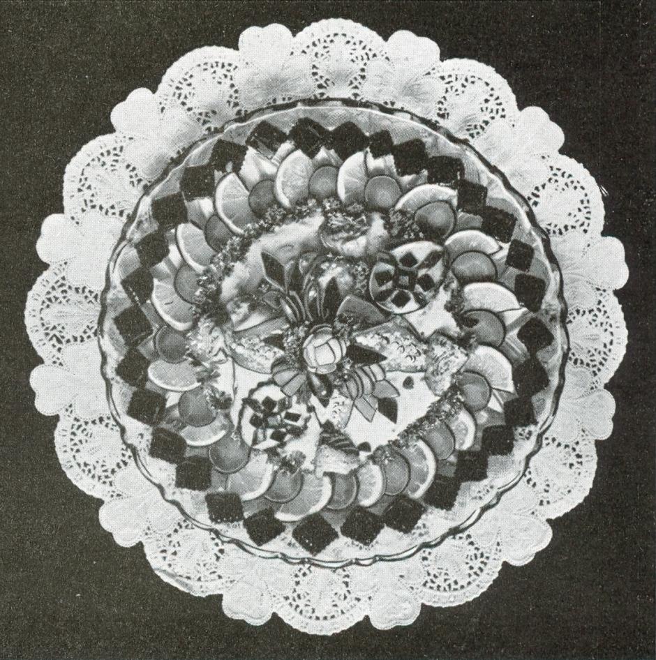 """Kalte Küche sieht hier weniger nach Essen aus als nach einem Mandala - überhaupt wirkt Kurt Löffelbeins """"Die Kalte Küche im Feinkostgeschäft"""" von 1930 eher wie eine Form-Enzyklopädie."""