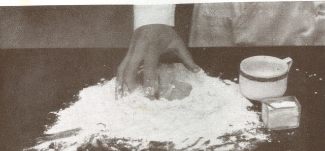 """In """"Das Meisterwerk der Küche"""" von 1930 lässt Frieda Nietlispach die schöpferische Hand Mehl zu Teig formen."""