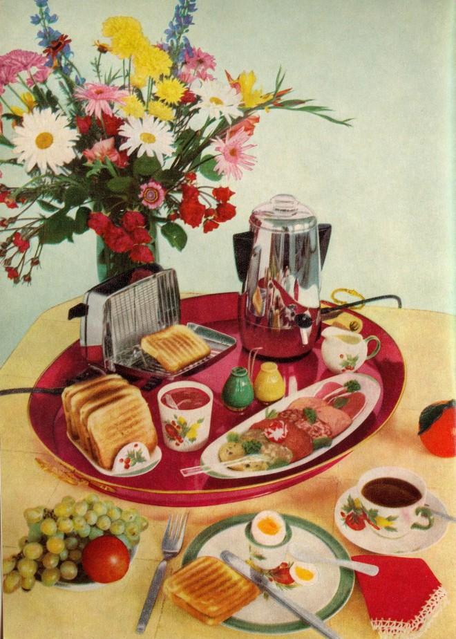 """Mit recht klassischen aber hellen und farbenfrohen Stillleben versucht das bereits 30 Jahre alte Kochbuch """"Das elektrische Kochen"""" seine Neuauflage aufzuwerten. Es ist 1967 und im Vorwort wird der Aufbau einer Kochplatte erklärt."""
