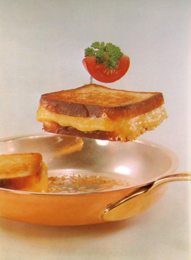 """""""Kochkunst, wie sie Mutter noch nicht kannte"""" ist der Untertitel des 1971 publizierten Kochbuchs """"Kiehnle Kochbuch aktuell."""" Das ist eine endgültige Absage an Großmutters Geheimrezepte die von Generation zu Generation weitergereicht werden. Vielleicht ein avantgardistischer Gestus, vielleicht gibt es aber auch einfach zu viele neue Lebensmittel auf dem Markt. Neu sind dieser Zeit zum Beispiel Melonen und Artischocken, die das Cover zieren. Das Toast lässt man schweben, denn es ist ganz """"leicht"""". Unter jedem Gericht werden Kalorienangaben vermerkt."""