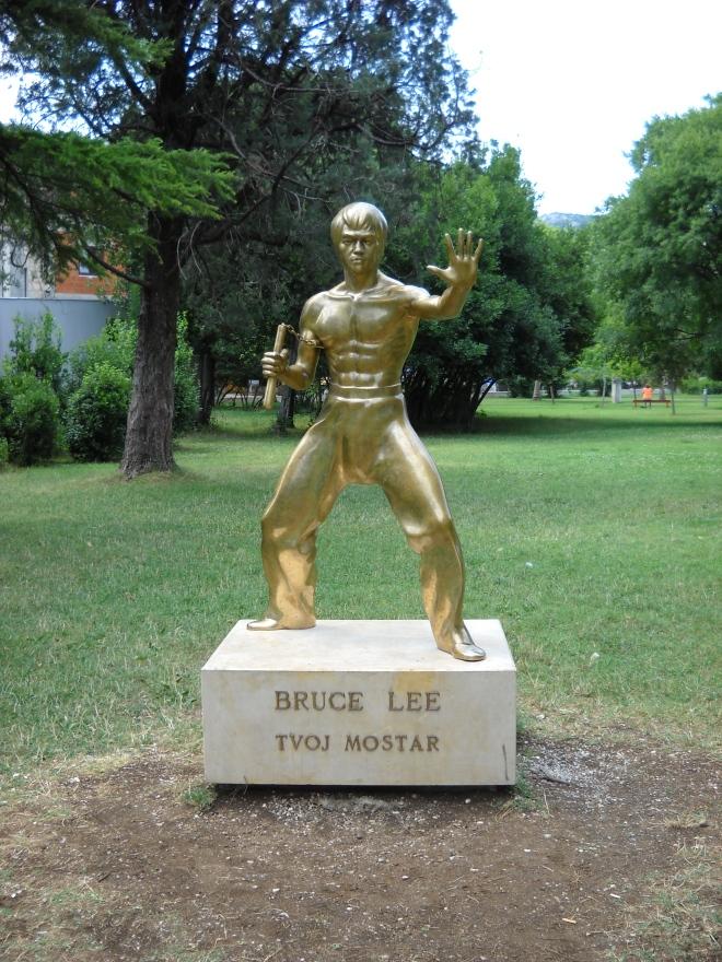"""Ivan Fijolic, Mostar Bruce Lee statue, 2005. Videostill von Aleksandra Domanovics """"Turbo Sculpture"""" 2010-2013."""