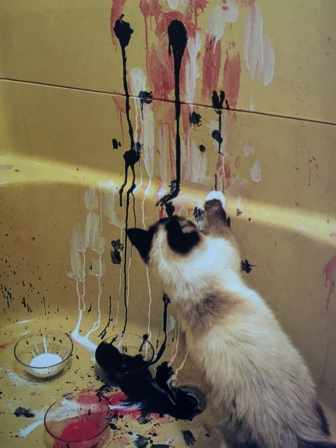 """""""Flur und ihr unvollendetes Bild 'Ohne Titel' (1994). Beim Spiel mit Farben im Badezimmer entstehen oft anspruchsvolle Gemälde."""