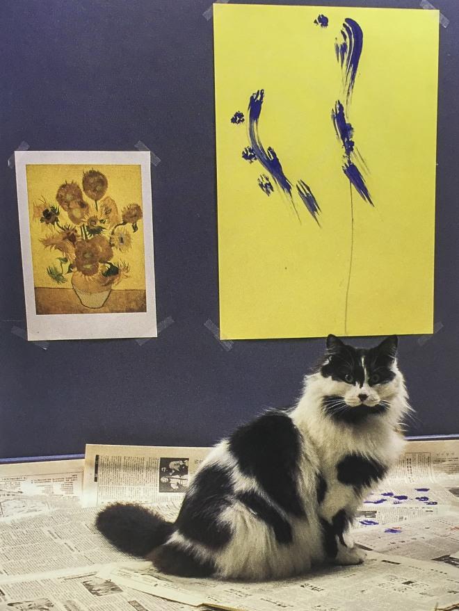 """""""Maxwell, 'Blaue Blumen', 1991. Textilfarbe auf gelbem Karton, 48 x 72 cm. Vermutlich ließ Maxwell sich zu diesem Bild durch van Goghs berühmte 'Schwertlilien' anregen. Ein Druck von diesem Bild hängt über dem Bett der Besitzerin."""""""