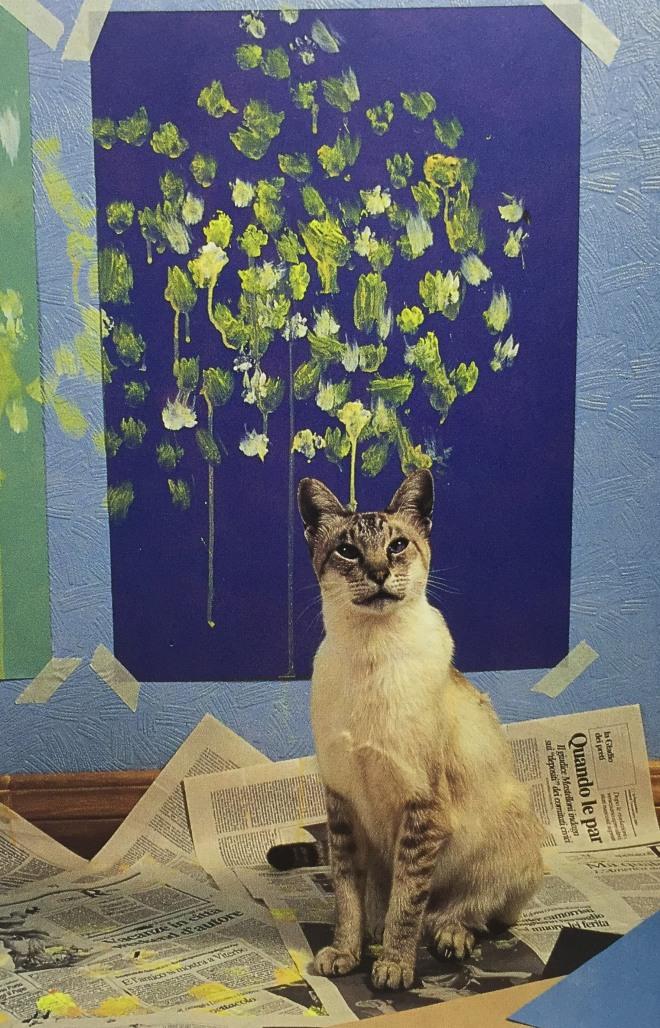 """""""Lulu posiert vor ihrem Bild 'Wonglu'. Dieses Werk wurde 1993 auf einer Auktion für 19000 Dollar verkauft - einer der höchsten Preise, die jemals für Katzenkunst gezahlt wurde."""""""