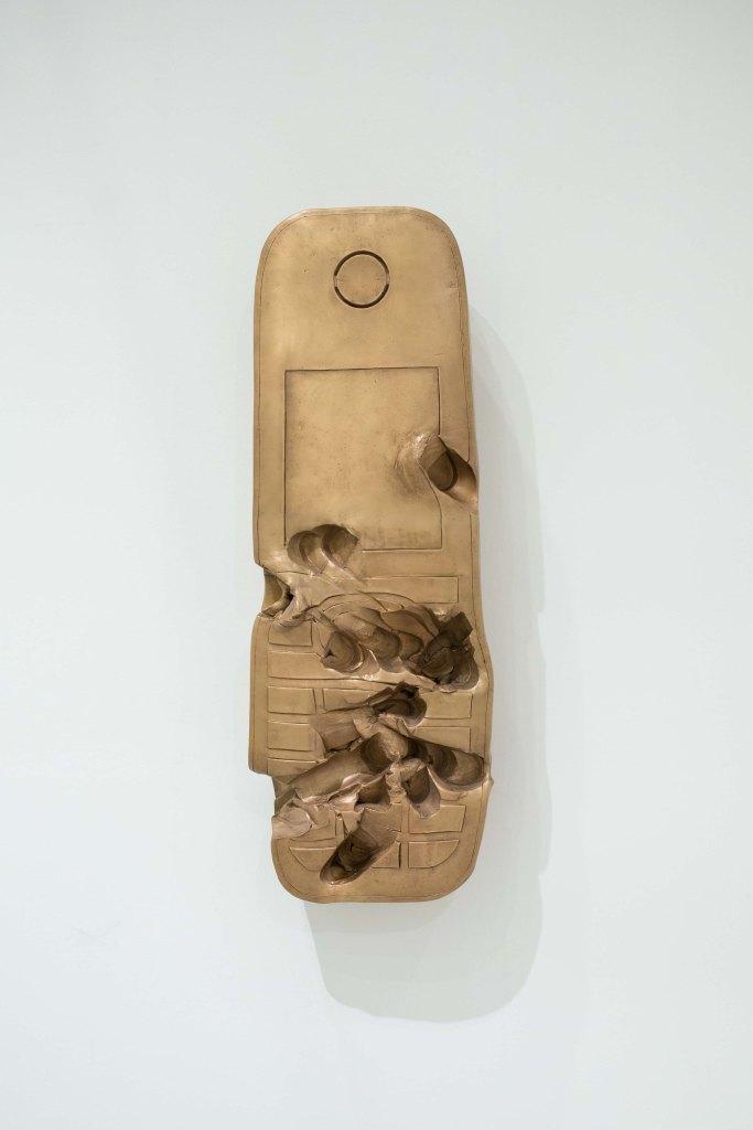 Eines der neuen Werke von Erwin Wurm: Ein steinzeitlich anmutendes Handy.