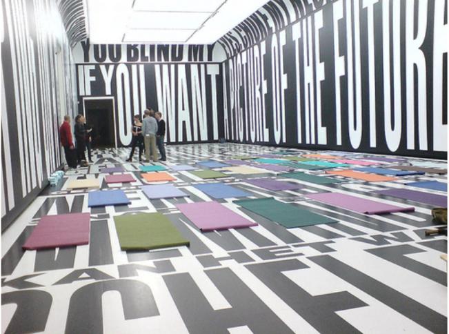 Yoga in einer Barbara-Kruger-Installation während der Museumsnacht in Amsterdam 200 im, Stedelijkmuseum