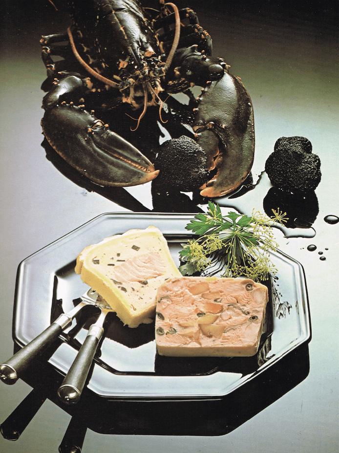 """Während die Stillleben zeitlos erscheinen, gelingt es mithilfe der Inszenierung von Geschirr und Besteck, den Zeitgeist zu thematisieren. Fotografie aus """"Das grosse Buch der Pasteten"""" von 1980."""