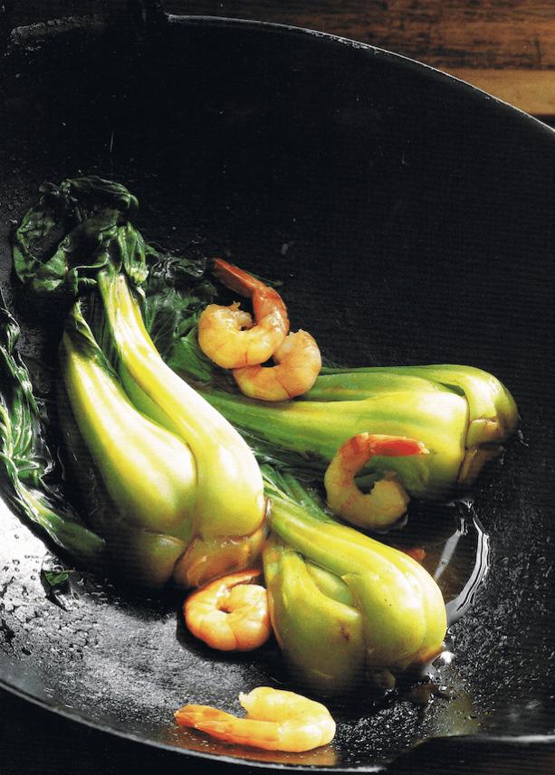 """Auch die Kochbücher von Teubner sind Vieles in einem: Lexikon, Kulturgeschichte, Rezeptsammlung und Bilderbuch. Hier: Gedünsteter Pak-Choi aus dem Buch """"asiatisch kochen"""" von 1998."""