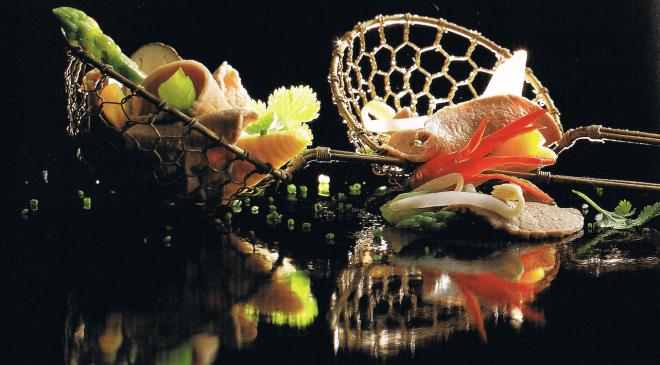 """Wie lässt sich besser ausdrücken, dass weniger manchmal mehr ist? Durch Spiegelungen. Fotografie aus: """"asiatisch kochen"""" von 1998."""