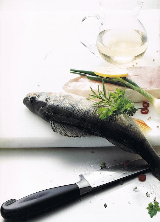 """Leichtigkeit: Durch viel Licht, viel Weiss und die Darstellung der puren Zutaten. Fotografie aus: """"Das große Buch vom Fisch"""", erweiterte Neuausgabe von 1999."""