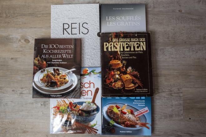 """Ein kleine Auswahl der Kochbücher, die Christian Teubner mit seinem Team über die Jahre publiziert hat. Darunter auch """"Das große Buch der Pasteten"""" von 1980."""